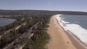 Mosca sobre las playas de Eden, Australia almacen de video