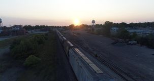 Mosca sobre o trem no crepúsculo vídeos de arquivo
