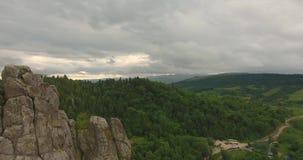 Mosca sobre rocas sobre el bosque montañas almacen de video