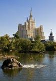 Mosca, su rize la costruzione Fotografie Stock
