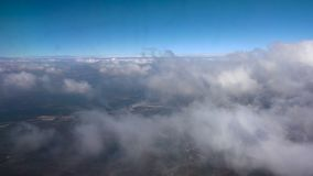 Mosca a través de las nubes en el cielo almacen de video