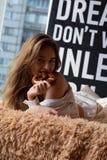 Mosca un photoshoot in studio con la ragazza affascinante fotografia stock