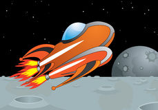 Moscas cósmicas do navio na superfície da lua Imagem de Stock