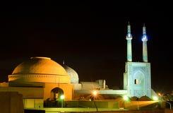 Moschea agli indicatori luminosi di notte, Iran immagini stock libere da diritti