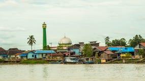 Moschea al villaggio tradizionale dei pescatori sulla riva Fotografia Stock