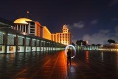 Moschea alla notte, Indonesia di Istiqlal immagini stock