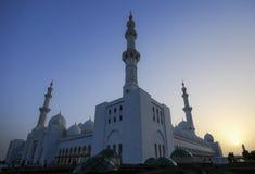 Moschea bianca nell'Abu Dhabi fotografie stock