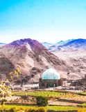 Moschea dal villaggio abonded di Kharanaq - l'Iran fotografie stock