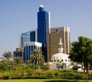 Moschea davanti agli edifici per uffici nell'Abu Dhabi Fotografia Stock Libera da Diritti