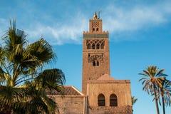 Moschea di Koutoubia e palme a Marrakesh alla sera Fotografia Stock