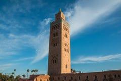 Moschea di Koutoubia e palme a Marrakesh alla sera Fotografie Stock