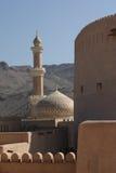 Moschea di Niswa e bella fortificazione di Nizwa, Oman immagine stock libera da diritti