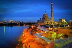 Moschea di Putra durante il tramonto blu di ora Immagine Stock Libera da Diritti