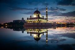Moschea di Putra durante l'ora blu con la riflessione nel lago immagine stock