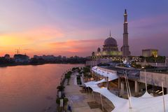 Moschea di Putra, Putrajaya Malesia al tramonto Fotografia Stock