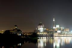 Moschea di Putrajaya alla notte immagine stock libera da diritti