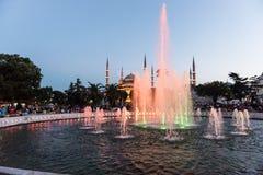 Moschea di Sultanahmet con la fontana nella priorità alta Immagini Stock Libere da Diritti