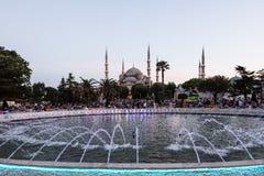 Moschea di Sultanahmet con la fontana nella priorità alta Fotografia Stock