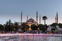 Moschea di Sultanahmet con la fontana nella priorità alta Fotografia Stock Libera da Diritti