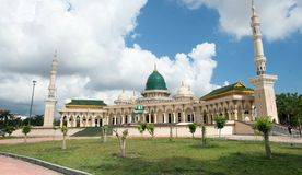 Moschea moderna un tempio per i seguaci di Islam Fotografie Stock Libere da Diritti