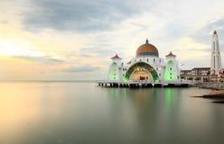Moschea a Selat Melaka durante il tramonto Immagini Stock Libere da Diritti