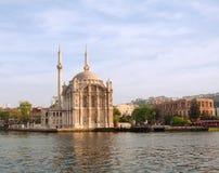 Moschee auf dem Pier in Istanbul Stockbilder