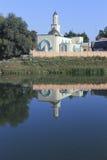 Moschee auf der Bank des Flusses Stockfotos