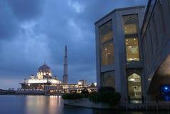 Moschee auf Wasser-Nachtszene Stockfoto
