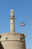 Moschee Büros Dubai und altes Geschichtsmuseum mit der uae-Flagge Lizenzfreie Stockbilder