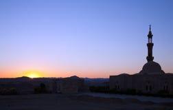 Moschee in der ägyptischen Wüste lizenzfreies stockfoto