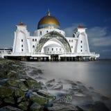 Moschee durch das Meer Lizenzfreies Stockbild