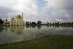 Moschee durch den See Lizenzfreie Stockfotos