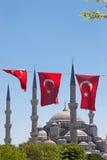 Moschee hinter türkischen Markierungsfahnen Lizenzfreies Stockfoto