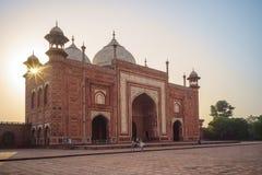 Moschee u. Mihman Khana von Taj Mahal in Agra, Indien stockfotografie