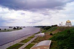 Moschee und alte Kirche in Tatarstan Bulgar moslemischem regious, Fluss Volga nie errichtend Stockfotografie