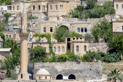 Moschee und Häuser in Halfeti, Sanliurfa, die Türkei stockbild
