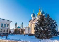 Moschee und Kathedrale zusammen Kazan Kremlin lizenzfreies stockbild