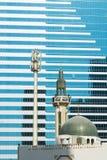Moschee und moderner errichtender Abu Dhabi Stockfoto