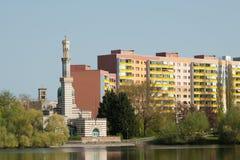 Moschee und Wohnblock Stockfotografie