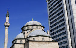 Moschee und Wolkenkratzer Lizenzfreies Stockbild