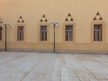 Moscheenäußeres mit verschiedenen Fenstern entwirft stockbild