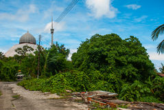 Moscheengrau gegen den blauen Sommerhimmel Sandakan, Borneo, Sabah, Malaysia Stockfotografie