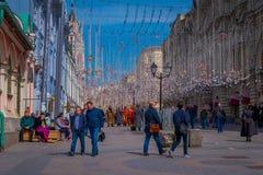 MOSCOS, RUSIA ABRIL, 24, 2018: Hermosa vista al aire libre de la gente no identificada que camina durante luces de una Navidad fe Fotos de archivo libres de regalías