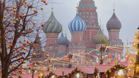 Moscou é decorada por feriados do ano novo e do Natal video estoque
