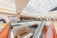 MOSCOU - AOÛT 2014 : Escalator mobile à un grand centre commercial Image libre de droits