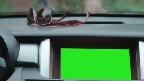 MOSCOU - CERCA DO SETEMBRO DE 2017: Painel, unidade principal, rádio digital, tela táctil da navegação no carro moderno Verde video estoque