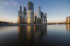 Moscou-cidade do centro de negócios no por do sol Fotos de Stock