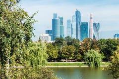 Moscou-cidade internacional do centro de negócios de Moscou dos arranha-céus Imagem de Stock Royalty Free