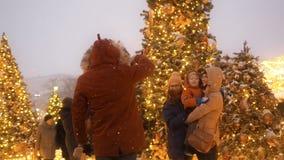 Moscou - 17 décembre 2018 : Nouvelle année et Noël de fête Holydays dans Milou Moscou Foule des promenades de personnes parmi Noë clips vidéos