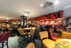 MOSCOU - DÉCEMBRE 2014 : T G Vendredi de l'I dans le palais de Moscou de la jeunesse TGI vendredi est une chaîne de restaurant or Photo stock